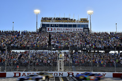 Кевин Харвик, Stewart-Haas Racing Ford лидирует на старте гонки NASCAR Cup в Дарлингтоне