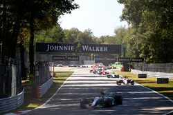 Lewis Hamilton, Mercedes AMG F1 W08, Esteban Ocon, Sahara Force India F1 VJM10, et le reste du peloton