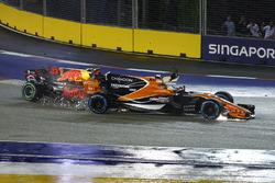 Fernando Alonso, McLaren MCL32, es golpeado por el auto de Max Verstappen, Red Bull Racing RB13
