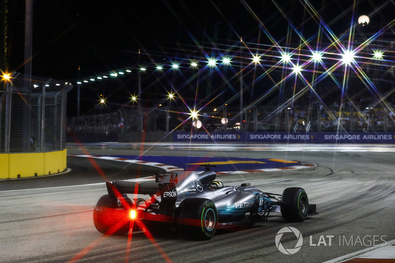 Hamilton reports vibrations on one of the tyres