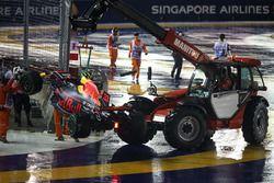 El auto de Max Verstappen, Red Bull Racing RB13 es recuperado por los oficiales