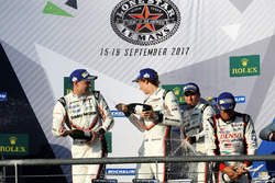 Podio: ganadores Timo Bernhard, Earl Bamber, Brendon Hartley, Porsche Team, segundo Neel Jani, Andre