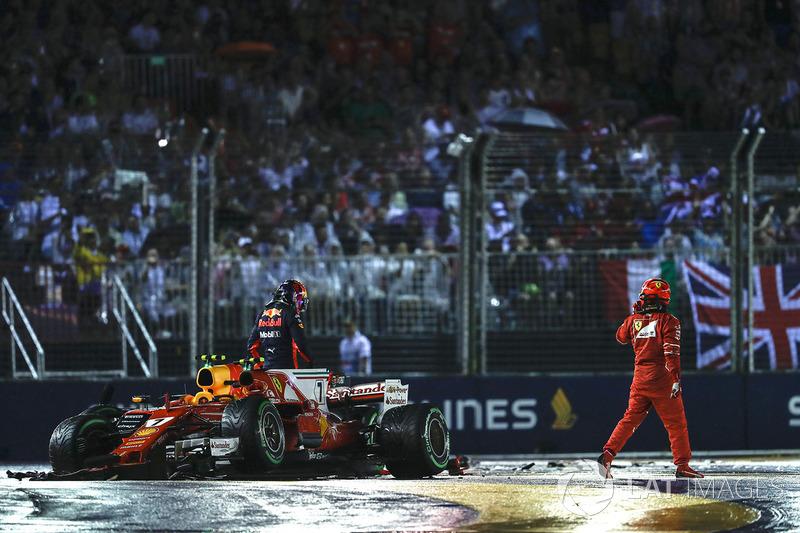 Kimi Raikkonen, Ferrari SF70H, Max Verstappen, Red Bull Racing RB13, escono dall'abitacolo delle loro monoposto danneggiate