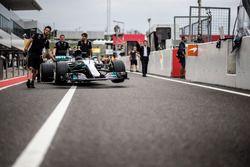 Mecánicos de Mercedes AMG F1, Mercedes-Benz F1 W08 en el pit lane
