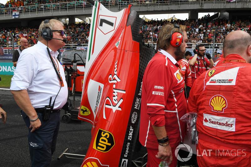 Jo Bauer, perwakilan teknis FIA, melihat proses perbaikan mobil SF70-H Raikkonen