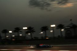 Pascal Wehrlein, Manor Racing MRT05 sends sparks flying