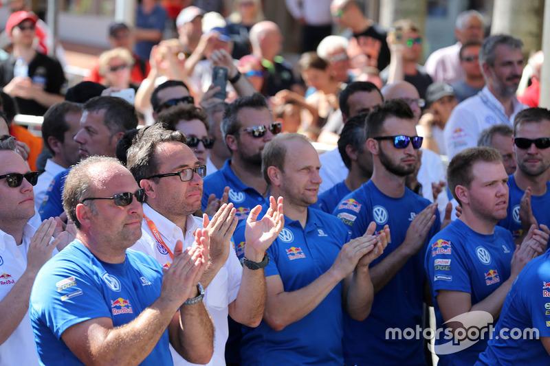 Volkswagen Motorsport team celebra