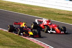 Max Verstappen, Red Bull Racing RB13, battles with Kimi Raikkonen, Ferrari SF70H, after his pit stop