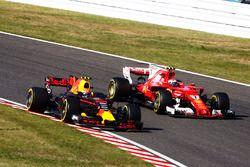 Max Verstappen, Red Bull Racing RB13, ve Kimi Raikkonen, Ferrari SF70H, pit stop sonrası