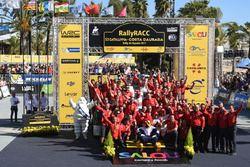 Les vainqueurs, Kris Meeke et Paul Nagle, Citroën C3 WRC, Citroën World Rally Team, avec leur équipe