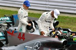 Valtteri Bottas, Mercedes AMG F1 y Lewis Hamilton, Mercedes AMG F1 en parc ferme