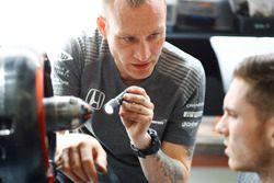 Ingenieros discuten el coche en el garaje de McLaren