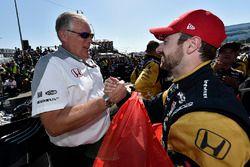 James Hinchcliffe, Schmidt Peterson Motorsports Honda y Art St Cyr celebran en victory lane