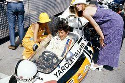 Brian Redman, McLaren M19A Ford, dans les stands avec des mannequins