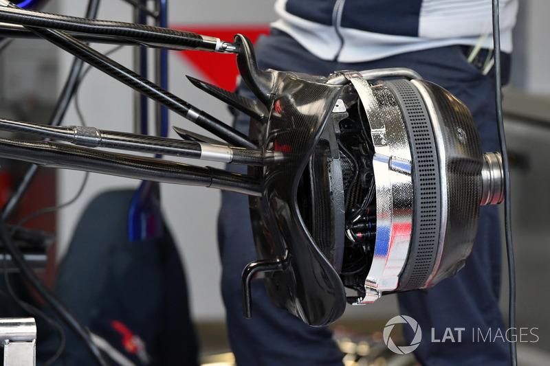 Scuderia Toro Rosso STR12 front brake and wheel hub detail