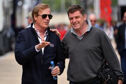 Danny Sullivan, FIA-Rennkommissar (links)