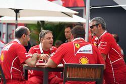 Руководитель команды Ferrari Маурицио Арривабене с инженерами