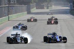 Romain Grosjean, Haas F1 Team VF-17 bloque une roue en bataille avec Pascal Wehrlein, Sauber C36