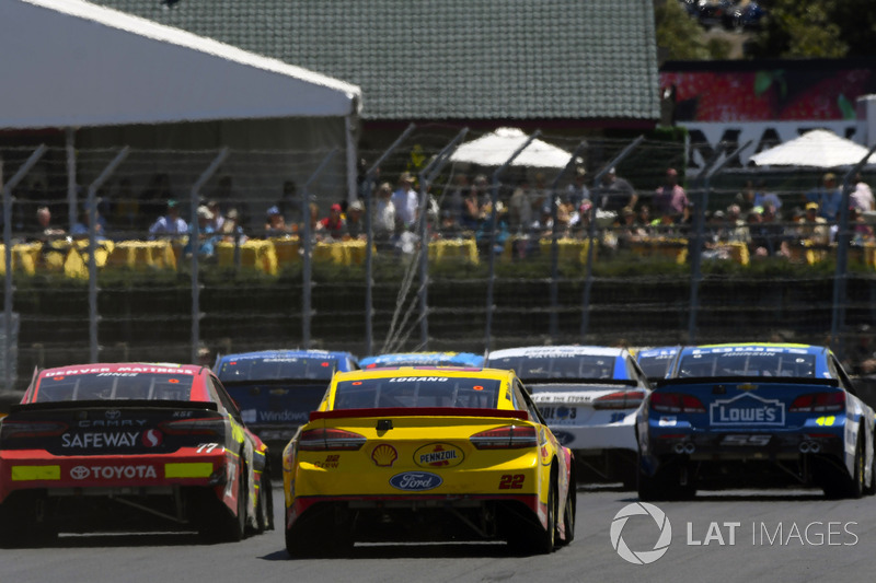 Joey Logano, Team Penske Ford, Erik Jones, Furniture Row Racing Toyota