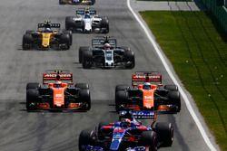 Daniil Kvyat, Scuderia Toro Rosso STR12, Stoffel Vandoorne, McLaren MCL32, Fernando Alonso, McLaren MCL32, Kevin Magnussen, Haas F1 Team VF-17 and Jolyon Palmer, Renault Sport F1 Team RS17