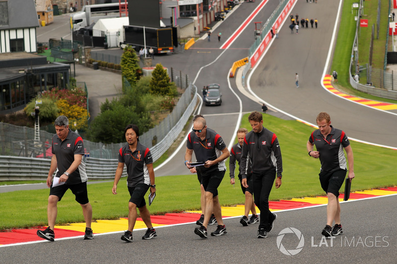 Romain Grosjean, Haas F1 Team cammina lungo il circuito