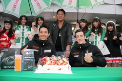 藤井誠暢のGT参戦100戦目を祝うチーム