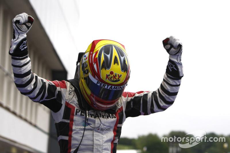 Rio Haryanto merayakan kemenangannya di parc ferme pada Race 2 GP3 Hongaria 2011.