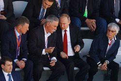 Le Premier Ministre russe Dimitry Medvedev, Chase Carey, directeur exécutif du Formula One Group, le Président russe Vladimir Poutine et Bernie Ecclestone