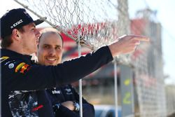 Гонщик Red Bull Racing Макс Ферстаппен и гоночный инженер команды Джанпьеро Ламбьязе