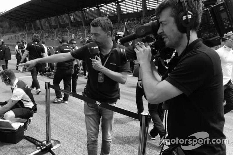 Iker Viana, cámara de televisión de Movistar F1, y Albert Fábrega, analista y colaborador de Motorsport.com