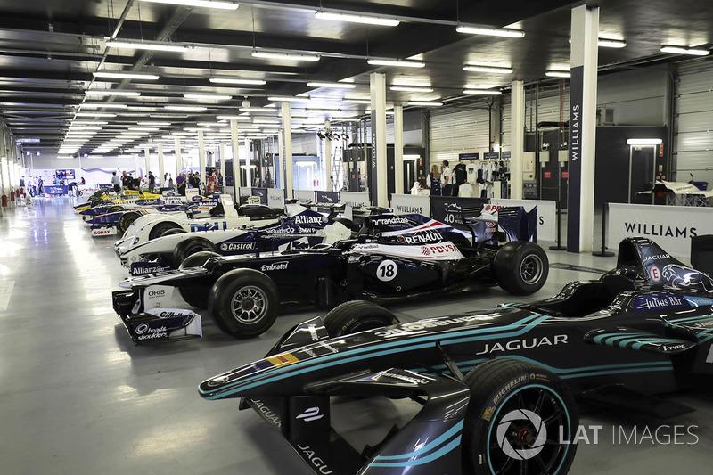 Автомобили Williams, включая Jaguar для Формулы E и BMW, побеждавшую в Ле-Мане
