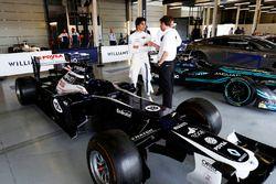 Lance Stroll, Williams, debout entre une Williams FW34 Renault et une Jaguar de Formule E