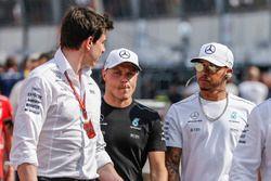 Toto Wolff, Mercedes AMG F1 Director de Motorsport, Valtteri Bottas, Mercedes AMG F1 y Lewis Hamilto