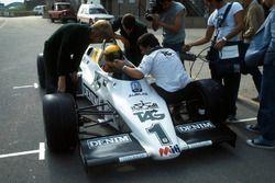 Ayrton Senna, recibe instrucciones finales por el director del equipo Williams Allan Challis antes d