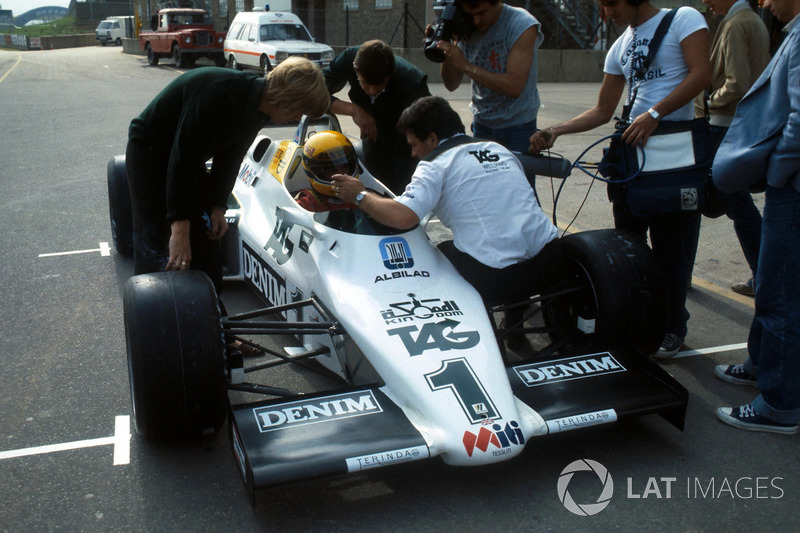 Ayrton Senna, ilk Williams FW08C testinden önce Williams Takım Menajeri Allan Challis'den talimat alıyor