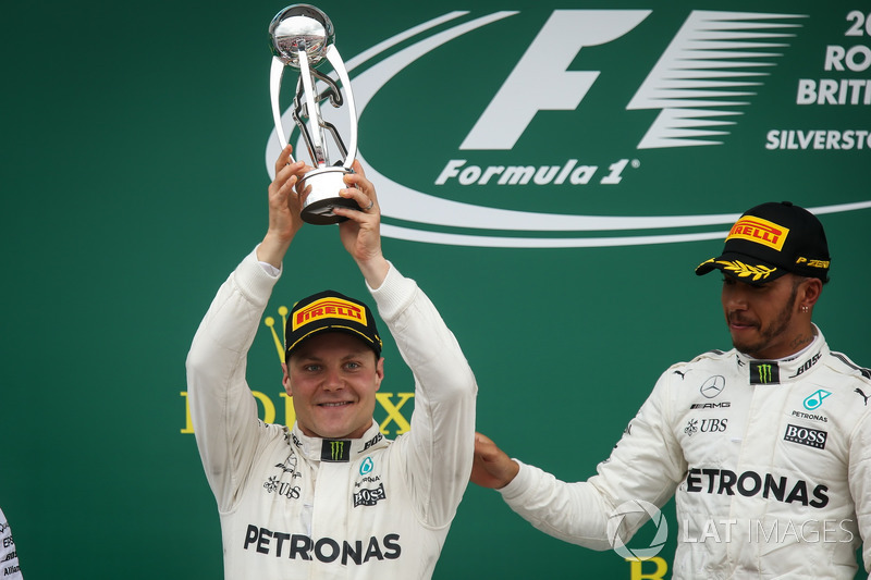 Ganador de la carrera Lewis Hamilton, Mercedes AMG F1 celebra, Valtteri Bottas, Mercedes AMG F1 en e