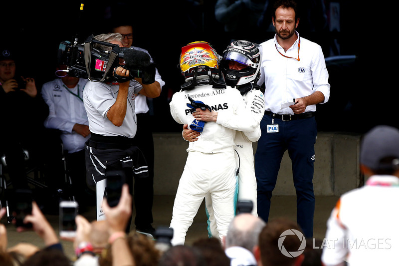 Ganador Lewis Hamilton, Mercedes AMG F1, celebra con Valtteri Bottas, Mercedes AMG F1, en parc ferme