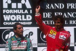 Podium: winnaar Alain Prost, Ferrari, tweede Ivan Capelli, Leyton House