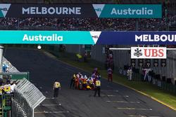 Les commissaires évacuent la voiture de Daniil Kvyat, Red Bull Racing RB12, de la grille de départ
