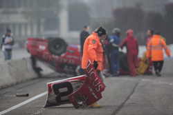 Commissario rimuove i detriti lasciati in pista dalla Ford Mustang di Dario Caso