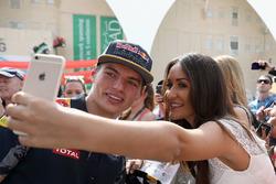 Max Verstappen, Red Bull Racing avec un fan