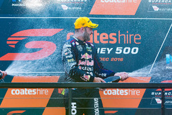 Podium: le vainqueur Shane van Gisbergen, Triple Eight Race Engineering Holden