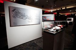 Il modellino della McLaren Honda 1988 di Ayrton Senna e il disegno di Giorgio Piola