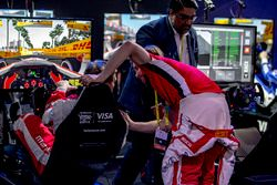 Nick Heidfeld félicite Olli Pahkala, Mahindra Racing
