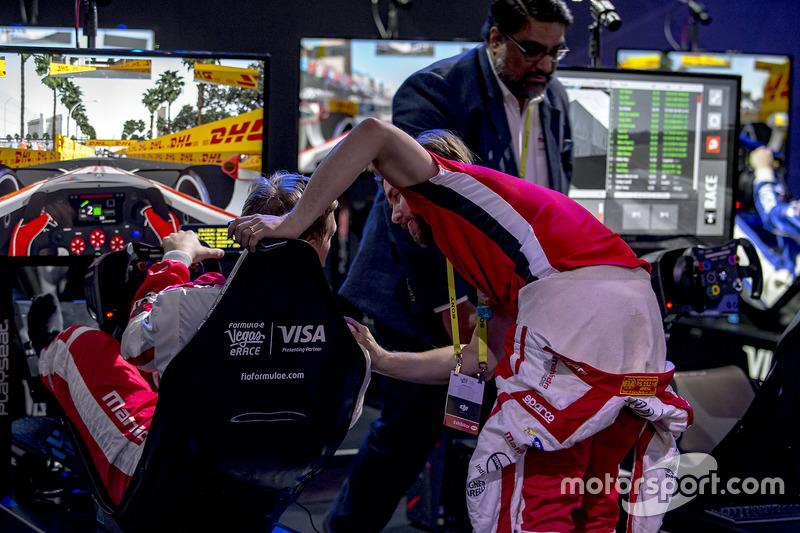 Nick Heidfeld felicita a Olli Pahkala, Mahindra Racing