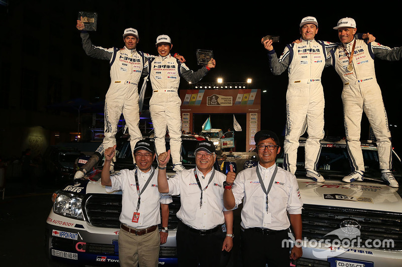#327 Toyota: Christian Lavieille, Jean-Pierre Garcin, #332 Toyota: Akira Miura, Laurent Lichtleuchter at the finish