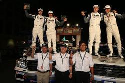 #327 Toyota: Christian Lavieille, Jean-Pierre Garcin, #332 Toyota: Akira Miura, Laurent Lichtleuchter à l'arrivée