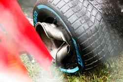 La roue endommagée de Romain Grosjean, Haas VF-17