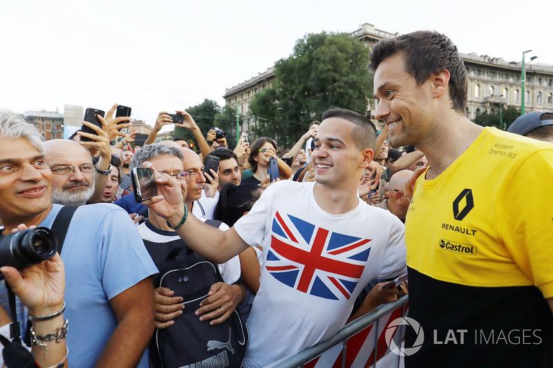 Jolyon Palmer, Renault Sport F1 Team en el desfile de Milán