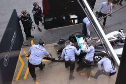 Mercedes AMG F1, meccanici a lavoro sull'ala posteriore